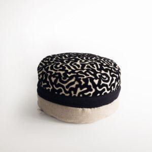 Pouf macaron noir tissu éditeurs Casal et Mobus
